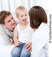 漂亮, 女性 醫生, 檢查, a, 小男孩, 由于, 他的, 父親