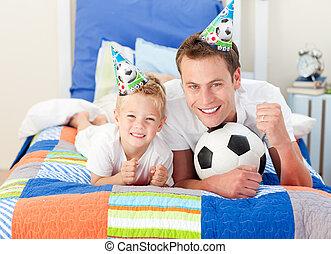漂亮, 小男孩, 以及, 他的, 父親, 觀看, a, 足球比賽