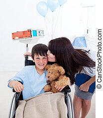 漂亮, 小男孩, 坐, 上, 輪椅, 以及, 他的, 母親