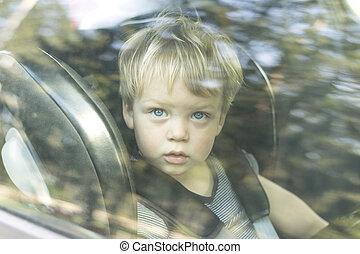 漂亮, 小男孩, 關閉, 肖像, 透過, the, 車窗, 玻璃
