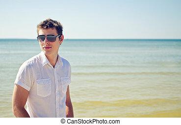 漂亮, 年轻, 家伙, 在海滩上, 带, the, 海, 在中, the, 背景