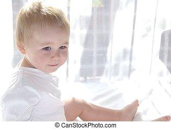 漂亮, 很少一, 歲, 男孩, 是, 坐, 近, the, 窗口