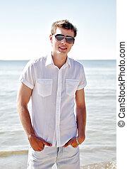 漂亮, 微笑, 家伙, 在海滩上, 带, the, 海, 在中, the, 背景