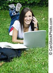 漂亮, 青少年的 女孩, 在電話上, 放下, 在草上, 學習