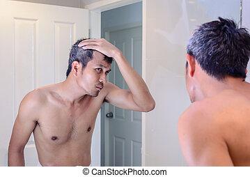 灰色, について, 心配した, 毛, 間, 鏡。, 見る, 人