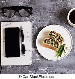 灰色, コーヒー, メモ用紙, カップ, モビール, ガラス, セメント, バックグラウンド。, 電話, ペン, みずみずしい