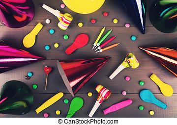 灰色, 木製である, 項目, 上, 付属品, バックグラウンド。, 誕生日パーティー, 光景