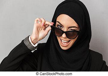 灰色, 20s, 女性の保有物, 流行, 上に, muslim, サングラス, 隔離された, クローズアップ, 背景, 肖像画, hijab, 微笑