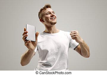 灰色, smartphone, 隔離された, 提示, ショック, 若い, 顔, 背景, 驚き, 人, スクリーン, ハンサム