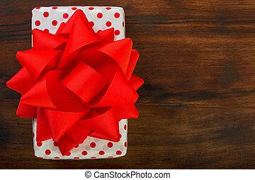 。, 点, 贈り物, 上, 箱, wood., くるみ, 暗い, 包まれた, 明るい, ペーパー, 赤い背景, 光景, 終わり, 白, 弓, リボン