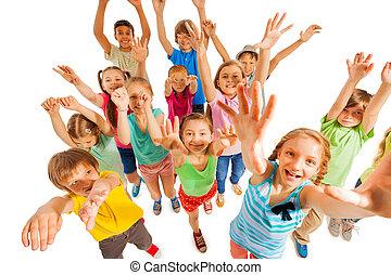 為歡呼, 孩子, 舉起, 舉起手來, 在空氣中