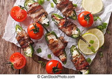 烘烤, jalapeno 胡椒, 由于, feta乳酪, 包裹, 在, 咸肉, 特寫鏡頭, 上, the, 桌子。,...