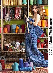 無遮蓋的婦女, 站立, 在, 編織, 項目, 站立, 前面, 紗, 顯示