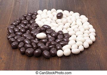 無限点, シンボル, 円, の, キャンデー, アーモンド, 中に, チョコレート, ほんの少し