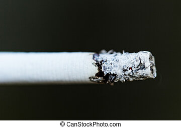 煙が出ているタバコ