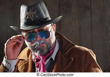 煙が出ている葉巻き, 保安官