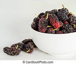 熟した, mulberries, マクロ, 打撃, 中に, 精選する, 焦点を合わせなさい。