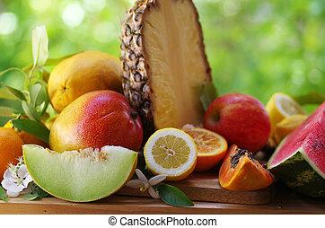 熱帯フルーツ, パパイヤ, パイナップル, ライム, メロン, マンゴー, 上に, 木製のテーブル