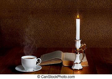 熱, 杯子, ......的, 新鮮, 咖啡, 上, the, 木製的桌子, 由于, 蠟燭, 以及, 書