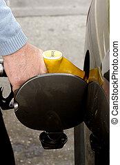 燃料を補給すること