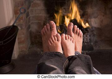 父亲, 同时,, son\\\'s, 脚, 暖和, 在, a, 壁炉