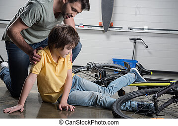 父亲, 帮助, 受伤, 儿子, 起床, 从, 滚落, 自行车