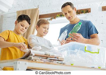 父親, 以及, 兒子, 準備, 塑料瓶子, 為, 再循環