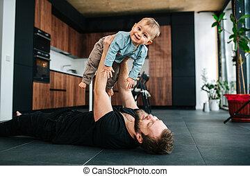 父, あること, 空気, 赤ん坊, 情事, 床, 幸せ, 彼の, 持ち上がること