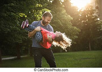 父, くるくる回る, 彼の, 円, 献身的, 娘