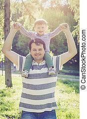父, そして, 彼の, 2 年古い, 息子, 上に, 彼の, 肩