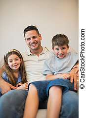 父, ∥で∥, 息子, そして, 娘, 微笑, 上に, ソファー