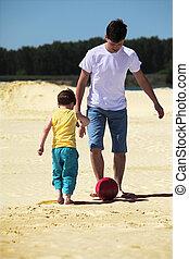 父, ∥で∥, 息子, プレーしなさい, フットボール, 上に, 砂