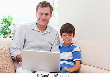 父 と 息子, ∥で∥, ラップトップ, ソファーで
