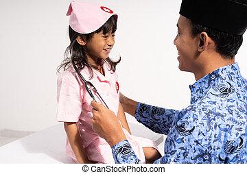 父, ろうけつ染め, ユニフォーム, 談笑する, 微笑, korpri, 医者, 身に着けていること, 彼女, 娘