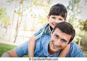 父, 一緒に, 息子, レース, 混ぜられた, 遊び, park.