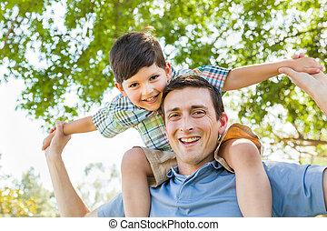 父, 一緒に, 息子, piggyback, レース, 混ぜられた, 遊び, park.