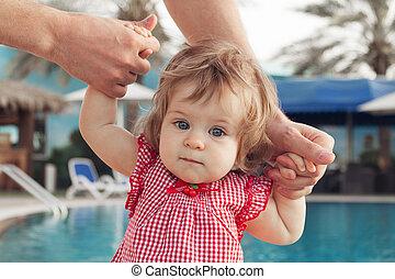 父, 勉強, 手, 歩きなさい, 見る, バックグラウンド。, 間, カメラ。, 保有物の赤ん坊, 女の子, 愛らしい, outdoors., プール, 水泳