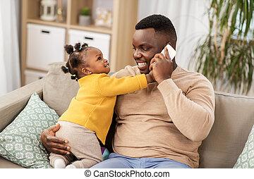父, 家, smartphone, 呼出し, 赤ん坊