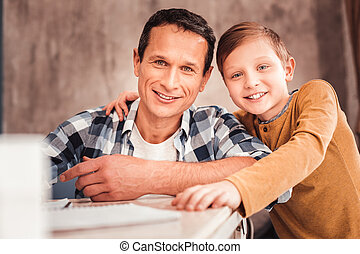 父, 息子, 見る, ∥(彼・それ)ら∥, 母, 微笑