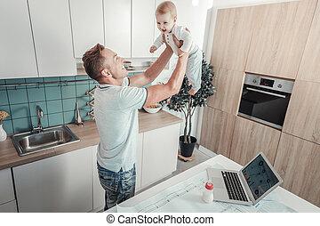 父, 満足させられた, 微笑。, 赤ん坊, 強い, 持ち上がること