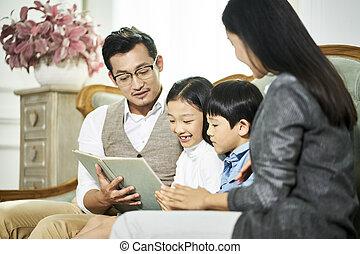 父, 2, 一緒に, 本, アジア人, 母 読書子供