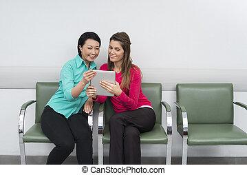 片劑, 坐, 醫院, 患者` s, 當時, 數字, 使用, 微笑