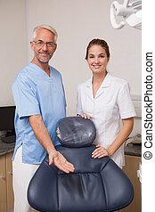 牙醫, 以及, 助理, 微笑, 在照像机, 邀請, 你, 到, the, chai