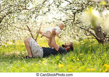 牧草地, playfully, 父, 女の赤ん坊, 持ち上がること, 幸せ