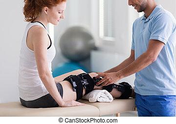 物理療法家, 患者, 足, 取得, 専門家, 微笑, 傷害, 心配