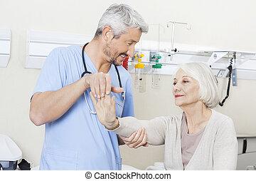 物理療法家, 検査, 女性, リハビリテーション, 医院, シニア, 腕