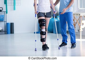 物理療法家, 訓練, スポーツ, 患者, 松葉ずえ, 足, の間, 傷害