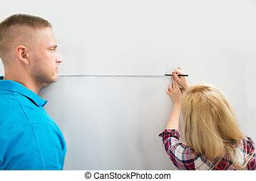 特写镜头, 在中, 夫妇, 测量, 墙壁