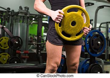 特写镜头, 在中, 年轻, 健康, 人, 带, 大的肌肉, 握住, 盘, 重量, 在中, gym., 健身, 运动, 训练, 动机, 同时,, 生活方式, 概念