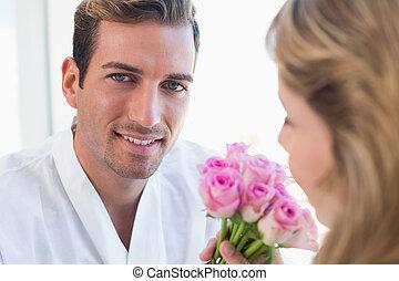 特写镜头, 在中, a, 夫妇, 带, 花